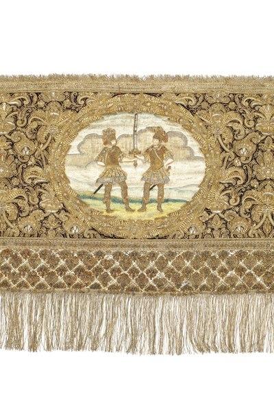 File:Kristinas broderade kröningshimmel från 1650 med svärdet(kunga symbol) hållet av två riddare i antikinspererad rustningar - Livrustkammaren - 91405.tif