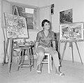 Kunstenaarskolonie Ein Hod. Een kunstenares in haar atelier tussen twee van haar, Bestanddeelnr 255-2773.jpg