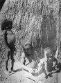 Kvinna formar ett lerkärl - SMVK - 005613.tif