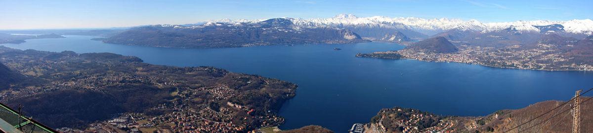 Panorama del Lago Maggiore, il secondo lago per superficie in Italia, visto dalla sponda lombarda.