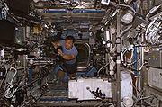 Astronauta Leroy Chiao dentro do Laboratório Destiny (31 de Outubro de 2004)