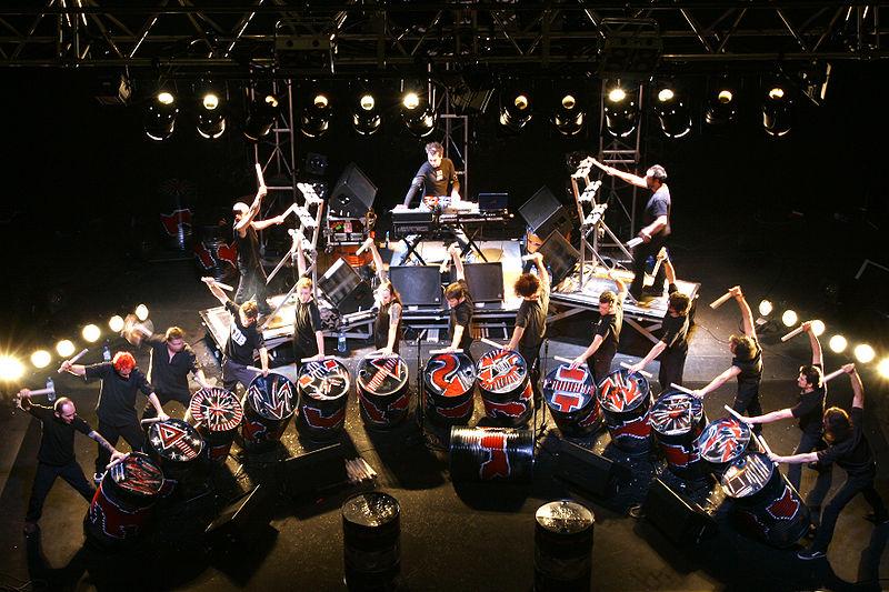 http://upload.wikimedia.org/wikipedia/commons/thumb/6/61/Les_tambours_du_bronx_2.jpg/800px-Les_tambours_du_bronx_2.jpg