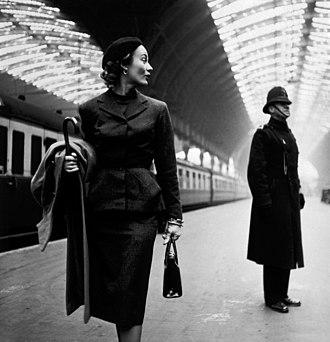 Lisa Fonssagrives - Fonssagrives at London Paddington station, 1951, by Toni Frissell