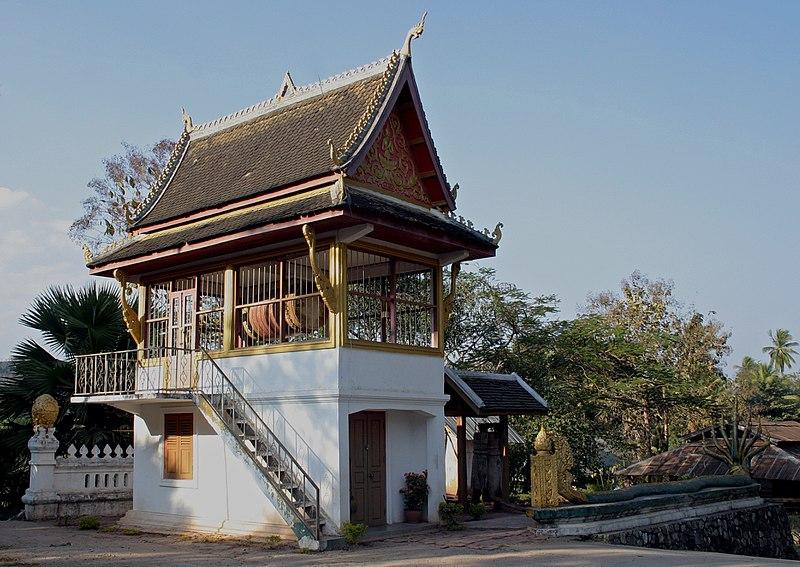File:Luang Prabang-Wat That Luang-32-Trommelturm-Musik.jpg