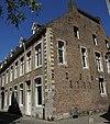 foto van Huis met lijstgevel en gevelsteen met zwaan 17 IN DEN SWAEN 74.