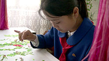 Una bambina in una scuola a Mangyongdae
