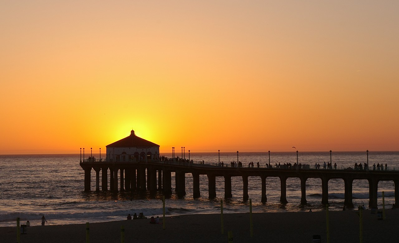 File:Manhattan Beach Pier at sunset, with the sun behind ...