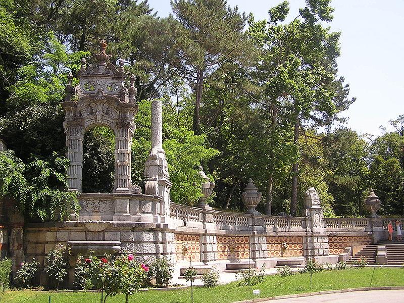 http://upload.wikimedia.org/wikipedia/commons/thumb/6/61/Massandra_palace_007.jpg/800px-Massandra_palace_007.jpg