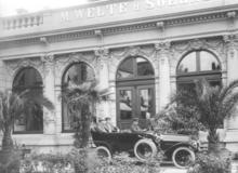 Reger (mit Hut) 1913 vor der Firma M. Welte & Söhne (Quelle: Wikimedia)