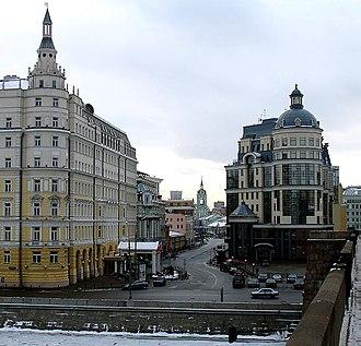 Balchug - Balchug street, as seen from Bolshoy Moskvoretsky Bridge. Baltschug Kempinski Hotel (left), Central Bank building (right)