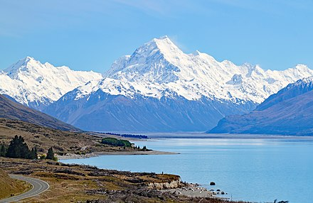 Lake Pukaki, with Mount Cook in the background. Mount Cook 4 (31291336881).jpg