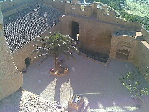 Внутренний двор замка Chiaramonte Наро