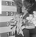 Nationaal Songfestival 1966. Milly Scott wint, Milly Scott bij scorebord, Bestanddeelnr 918-7510.jpg