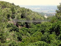 הגשר התלוי המזרחי מעל נחל קטיע על רקע עמק זבולון