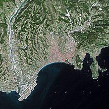 Vue aérienne de Nice orientée nord avec les pistes de l'aéroport en bas à gauche.