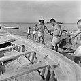 Nieuw aangekomen immigranten (oliem) worden omgeschoold tot vissers. Vissers in , Bestanddeelnr 255-1584.jpg