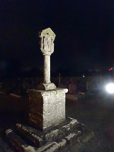 Cimetière de Les Fougerêts, de nuit.