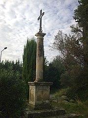 croix du cimetière et les cyprès qui l'encadrent