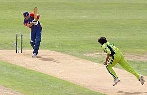Mohammad Asif - Asif bowls Pietersen for a duck