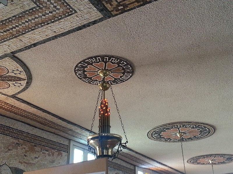 מנורה בבית הכנסת בעכו
