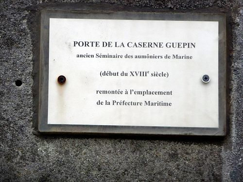 Porte caserne Guépin.jpg