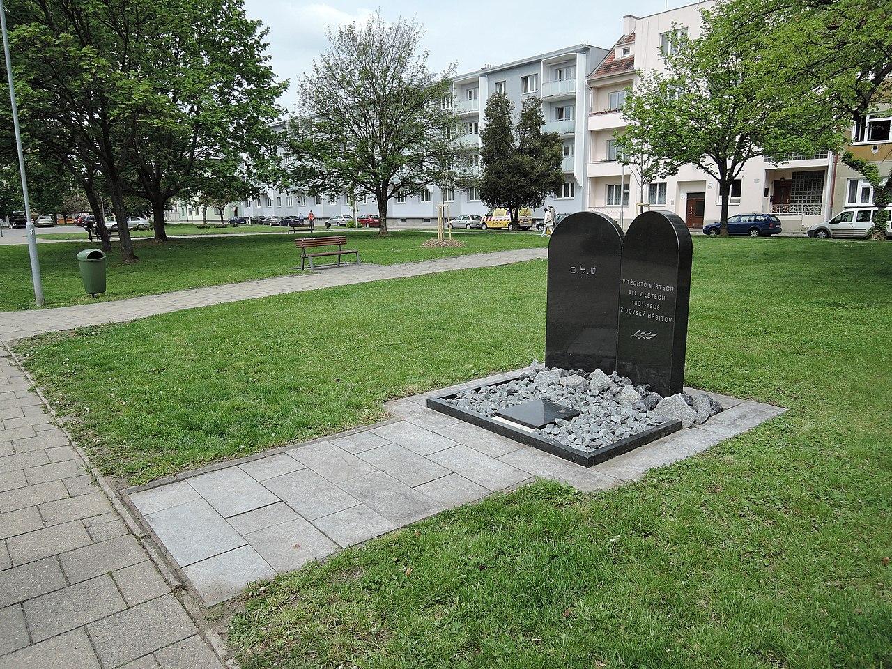Prostějov, starý židovský hřbitov, památník 01.jpg