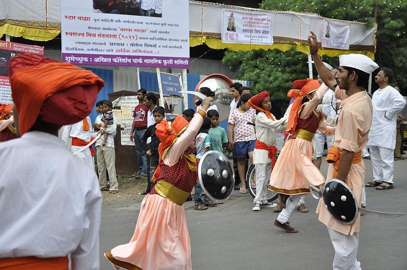 https://upload.wikimedia.org/wikipedia/commons/thumb/6/61/Puneiris_during_Ganesh_festival.JPG/800px-Puneiris_during_Ganesh_festival.JPG