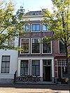 Pand van drie vensterassen, parterre en twee verdiepingen met dwars schilddak