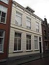 foto van Huis met gebosseerd witgepleisterde lijstgevel