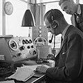 Radiocontact in de verkeerstoren op luchthaven Schiphol, Bestanddeelnr 254-2426.jpg