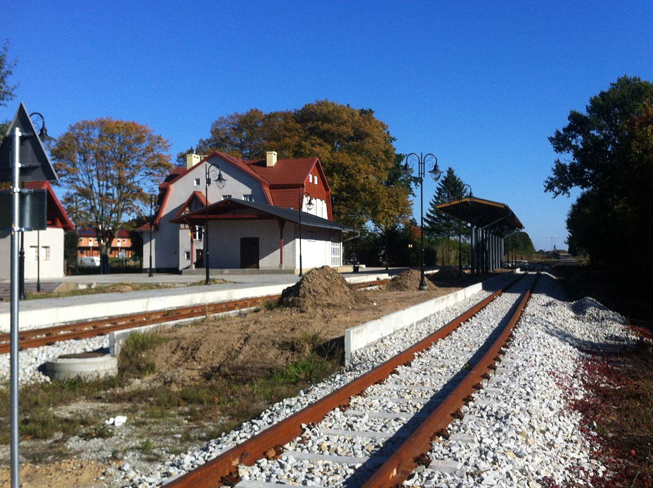 Der Bahnhof Rewal während der Instandsetzung der Bahn2013 (Bild A. Fiedler / Wikipedia)