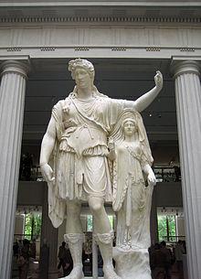 Una delle statue romane esposte al Met.