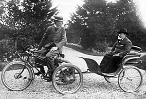 De Dion-Bouton - De Dion-Bouton tricycle towing a passenger in a carriage