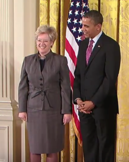 Sandra Faber neemt de National Medal of Science in ontvangst van Barack Obama, 1 februari 2013.