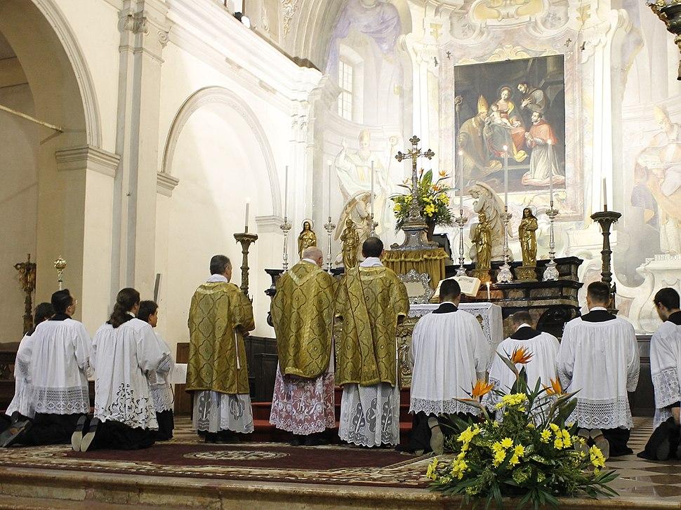 Santa messa solenne in rito antico celebrata nella chiesa di S. Ambrogio