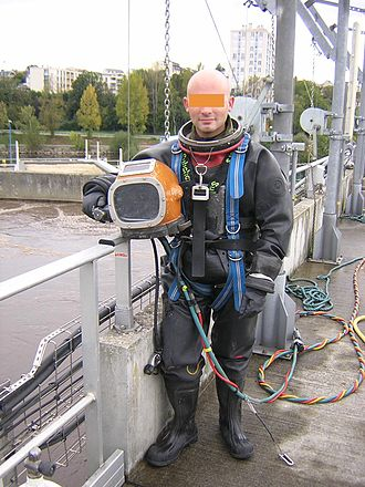Surface-supplied diving - Free flow helmets are commonly used for diving in contaminated water