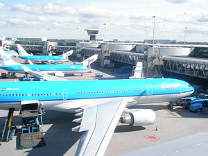 English: KLM aircraft stationed at the D-pier ...