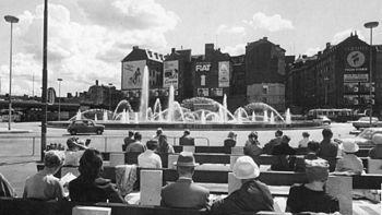 Sergels torv og Sergelfontænen, vy mod syd.   Venstre billede uden Kulturhuset og glasobelisken er fra 1968, højre billede er taget fra samme punkt sommer 2010.