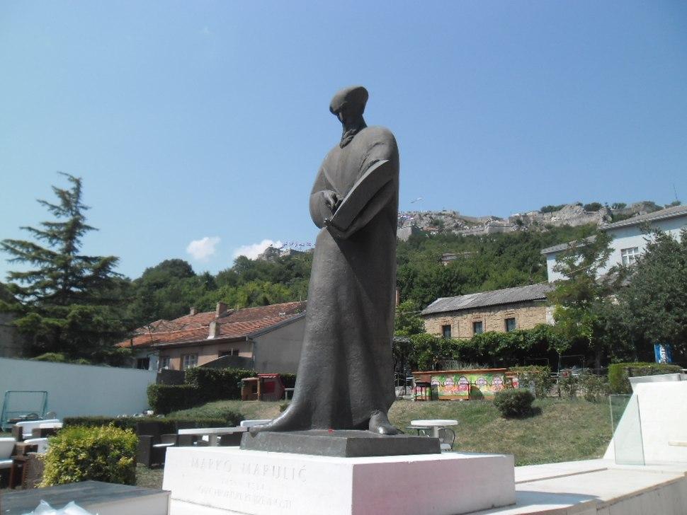 Spomenik Marku Maruliću u Kninu