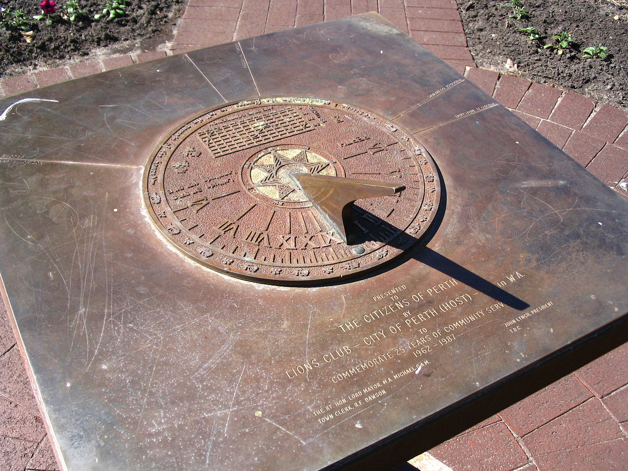 File:Sundial in Supreme Court Gardens, Perth.jpg ...