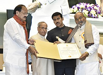 Kasinathuni Viswanath - Receiving Dadasaheb Phalke award from president Shri Pranab Mukherjee in 2017.