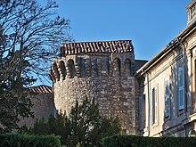 Башня крепостной стены в городе Apt