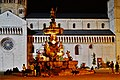 Trento Piazza del Duomo Fontana del Nettuno bei Nacht 1.jpg