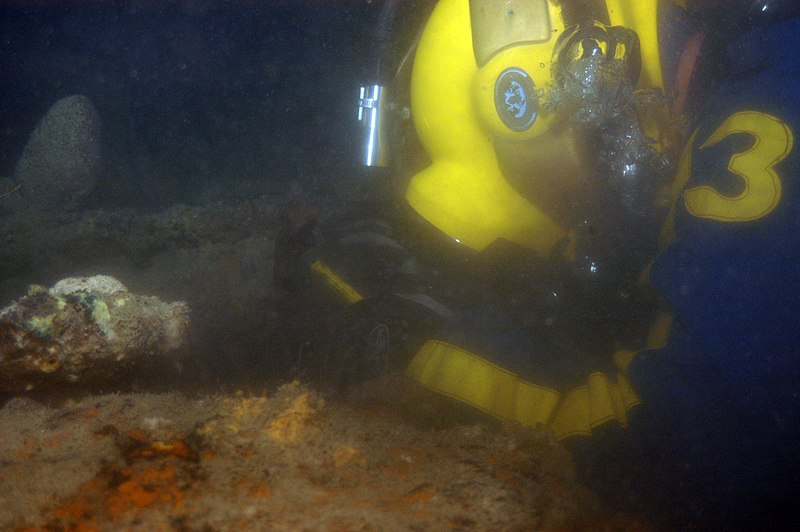 File:US Navy 060614-N-0000S-003 A U.S. Navy diver assigned to the salvage ship USS Salvor (ARS 52) cleans marine growth from a hatch of what is believed to be the submarine USS Lagarto (SS 371).jpg