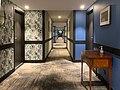 Un couloir de l'hôtel Les Nomades (Mâcon).jpg