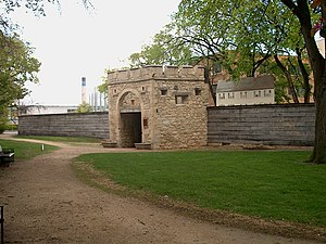 English: Upper Fort Garry, north gate.