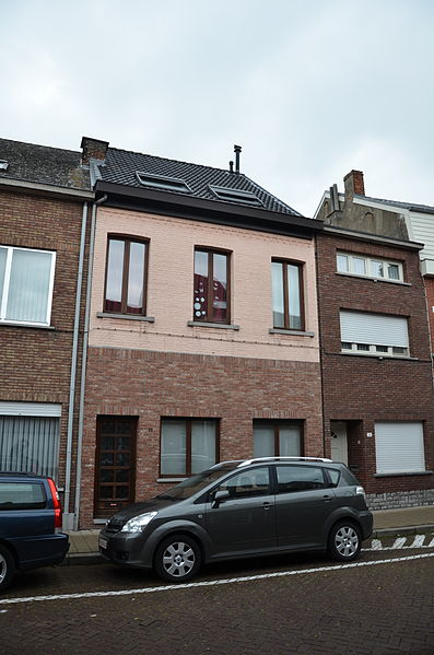 XX - Rijhuis, Veerstraat 22, Rumst. Eertijds winkelhuis met neoclassicistische houten winkelpui, thans verdwenen door verbouwing.