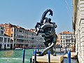 Venezia Skulptur am Canal Grande (Palazzo Grassi).jpg