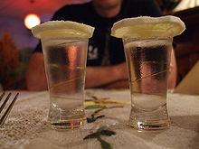 Due shot di vodka con limone