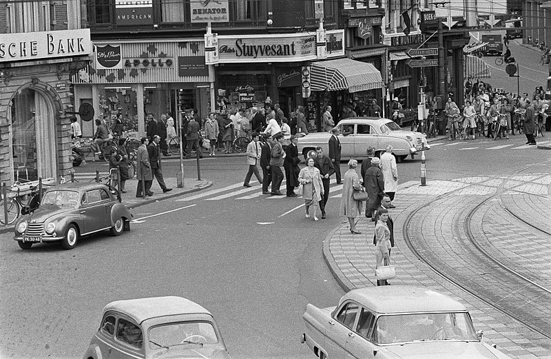 File:Voetgangers in Amsterdam lopen naar de zebrapaden, Bestanddeelnr 911-5514.jpg